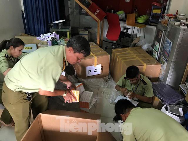 Đang khám xét căn nhà chứa tân dược ngoại nhập lậu số lượng 'khủng' ở Sài Gòn - Ảnh 1.