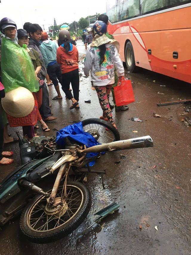 Xe khách tông hàng loạt xe máy, ít nhất 3 người tử vong - Ảnh 2.