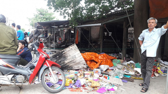 Cháy chợ ở Hà Tĩnh, hàng trăm người căng mình dập lửa trong đêm - Ảnh 1.