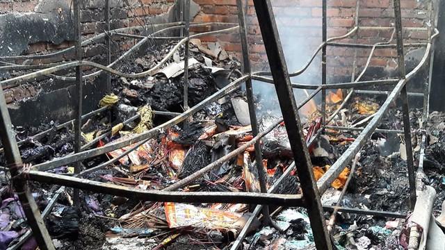 Cháy chợ ở Hà Tĩnh, hàng trăm người căng mình dập lửa trong đêm - Ảnh 2.
