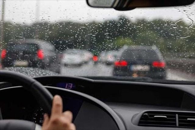 Những nguyên tắc vàng khi lái xe dưới trời mưa bão - Ảnh 1.