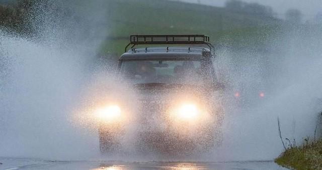 Những nguyên tắc vàng khi lái xe dưới trời mưa bão - Ảnh 2.