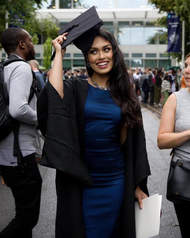 Tân hoa hậu Anh gây sốt với nhan sắc đỉnh cao nhưng học vấn mới là điều choáng ngợp: Là bác sĩ, IQ 146, có 2 bằng đại học, biết 5 thứ tiếng - Ảnh 9.