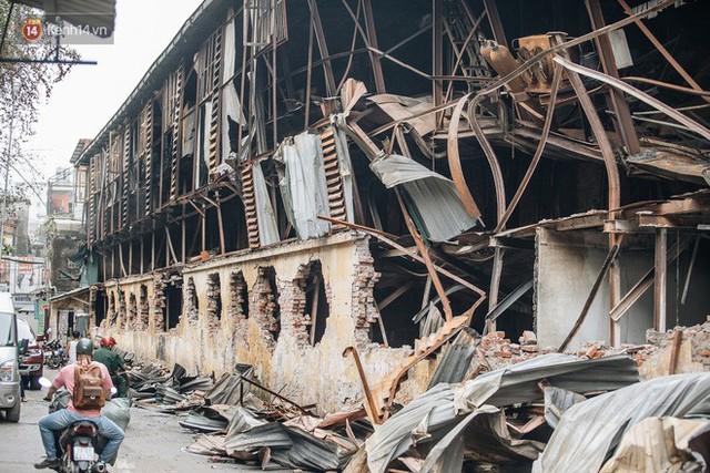 Cuộc sống xung quanh nhà kho Rạng Đông sau vụ cháy: Người lớn cay mắt và khó thở, trẻ nhỏ được sơ tán - Ảnh 4.