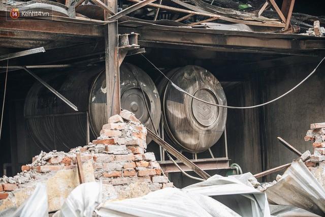 Cuộc sống xung quanh nhà kho Rạng Đông sau vụ cháy: Người lớn cay mắt và khó thở, trẻ nhỏ được sơ tán - Ảnh 5.