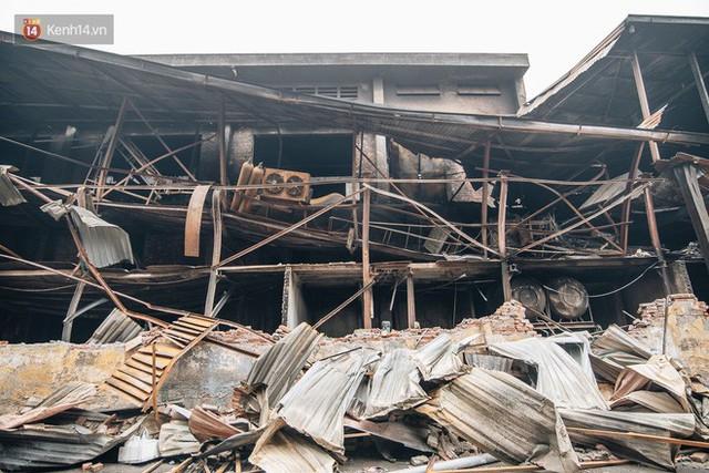 Cuộc sống xung quanh nhà kho Rạng Đông sau vụ cháy: Người lớn cay mắt và khó thở, trẻ nhỏ được sơ tán - Ảnh 9.