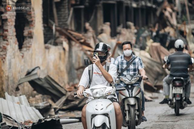 Cuộc sống xung quanh nhà kho Rạng Đông sau vụ cháy: Người lớn cay mắt và khó thở, trẻ nhỏ được sơ tán - Ảnh 10.