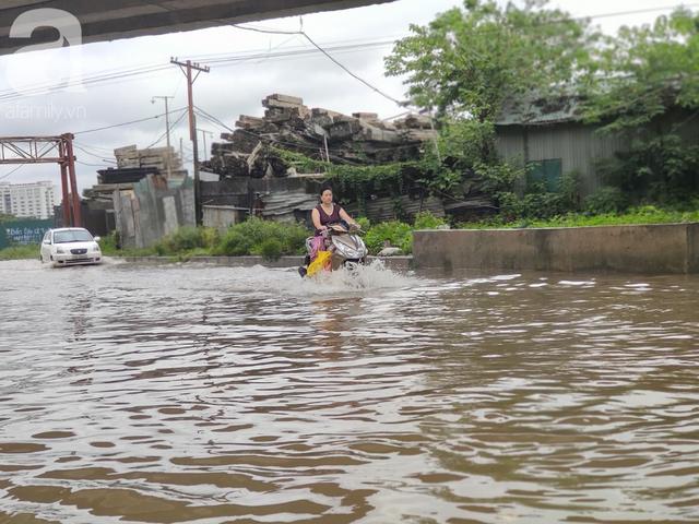 Hà Nội: Ngập úng xảy ra khắp nơi, người dân bì bõm lội nước, dịch vụ sửa xe lưu động kiếm tiền triệu sau bão số 3 - Ảnh 1.