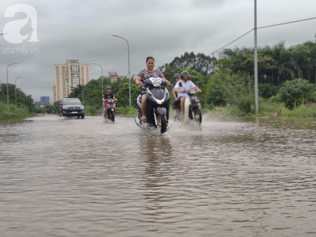 Hà Nội: Ngập úng xảy ra khắp nơi, người dân bì bõm lội nước, dịch vụ sửa xe lưu động kiếm tiền triệu sau bão số 3 - Ảnh 2.