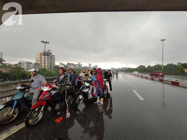 Hà Nội: Ngập úng xảy ra khắp nơi, người dân bì bõm lội nước, dịch vụ sửa xe lưu động kiếm tiền triệu sau bão số 3 - Ảnh 11.