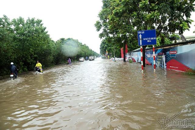 Xế hộp vượt lũ, người người đắp đê trên đại lộ hiện đại nhất Việt Nam - Ảnh 12.