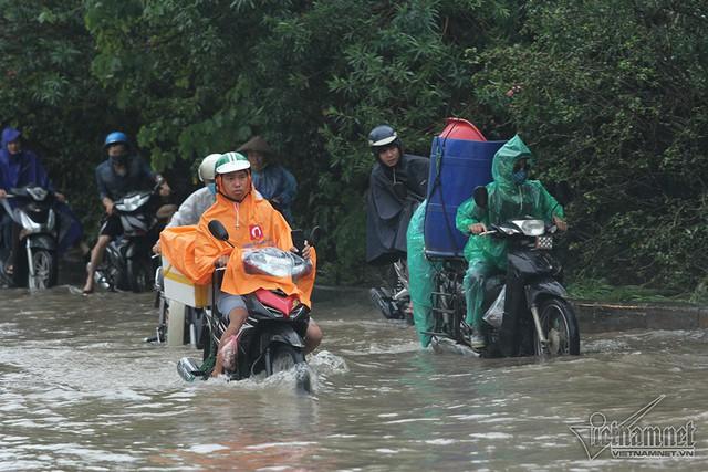 Xế hộp vượt lũ, người người đắp đê trên đại lộ hiện đại nhất Việt Nam - Ảnh 13.