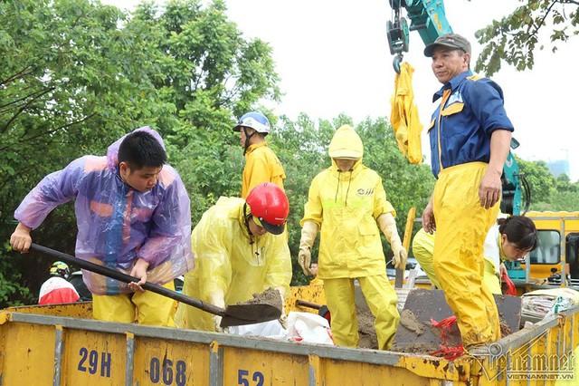 Xế hộp vượt lũ, người người đắp đê trên đại lộ hiện đại nhất Việt Nam - Ảnh 16.