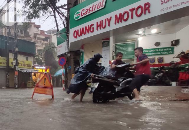 Hà Nội: Ngập úng xảy ra khắp nơi, người dân bì bõm lội nước, dịch vụ sửa xe lưu động kiếm tiền triệu sau bão số 3 - Ảnh 5.