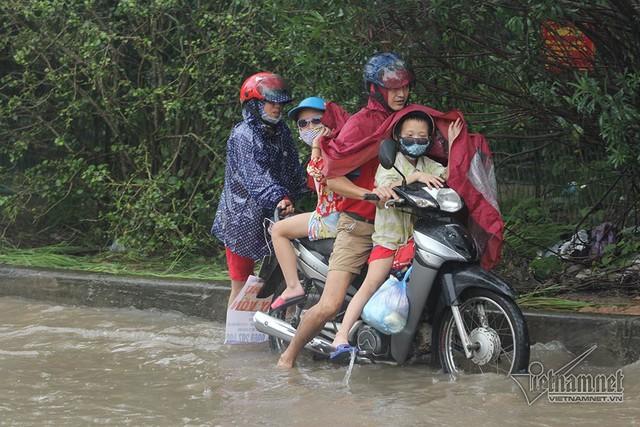Xế hộp vượt lũ, người người đắp đê trên đại lộ hiện đại nhất Việt Nam - Ảnh 7.