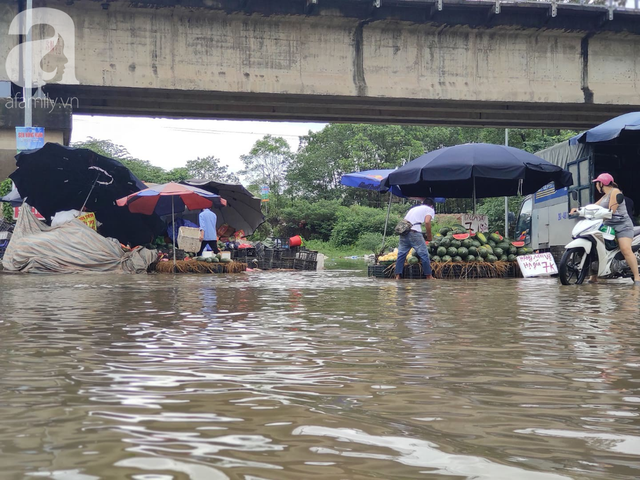 Hà Nội: Ngập úng xảy ra khắp nơi, người dân bì bõm lội nước, dịch vụ sửa xe lưu động kiếm tiền triệu sau bão số 3 - Ảnh 7.
