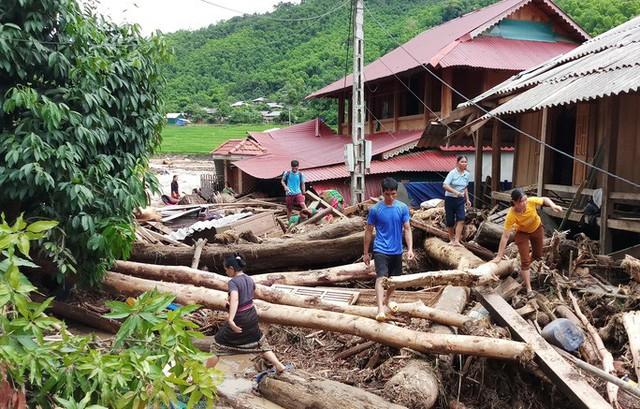 Cận cảnh bản làng tan hoang nơi 17 người bị lũ dữ cuốn trôi, 12 người mất tích  - Ảnh 1.