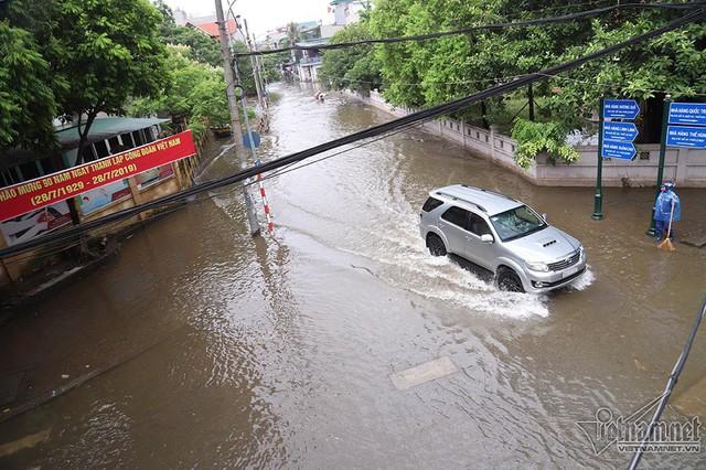 Cảnh khó tin của hàng trăm hộ dân Hà Nội sau 3 ngày mưa bão - Ảnh 2.