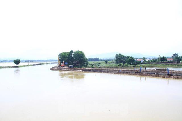 Cận cảnh đê bê tông đang gấp rút hoàn thành để ngăn lụt cho Hà Nội - Ảnh 1.