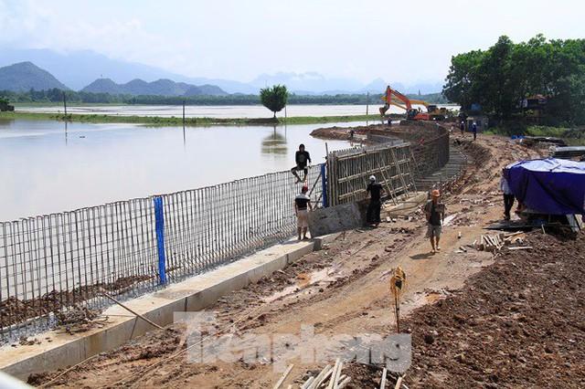 Cận cảnh đê bê tông đang gấp rút hoàn thành để ngăn lụt cho Hà Nội - Ảnh 2.