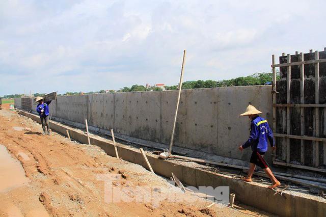Cận cảnh đê bê tông đang gấp rút hoàn thành để ngăn lụt cho Hà Nội - Ảnh 11.