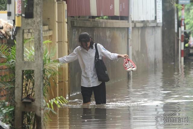 Cảnh khó tin của hàng trăm hộ dân Hà Nội sau 3 ngày mưa bão - Ảnh 20.
