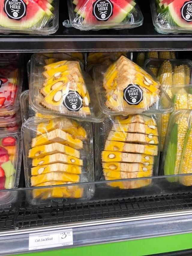 Dân mạng lác mắt với cách bổ mít kỳ quặc ở siêu thị nước ngoài, để nguyên vỏ lẫn cùi, nhìn không khác miếng dưa hấu - Ảnh 3.