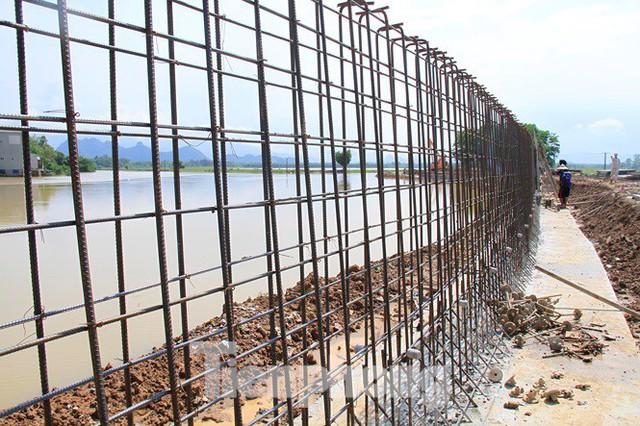Cận cảnh đê bê tông đang gấp rút hoàn thành để ngăn lụt cho Hà Nội - Ảnh 3.