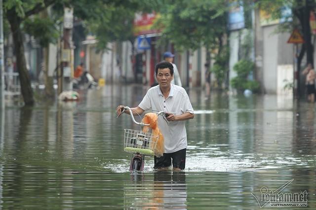 Cảnh khó tin của hàng trăm hộ dân Hà Nội sau 3 ngày mưa bão - Ảnh 23.