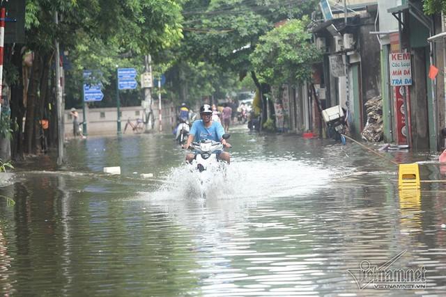 Cảnh khó tin của hàng trăm hộ dân Hà Nội sau 3 ngày mưa bão - Ảnh 25.