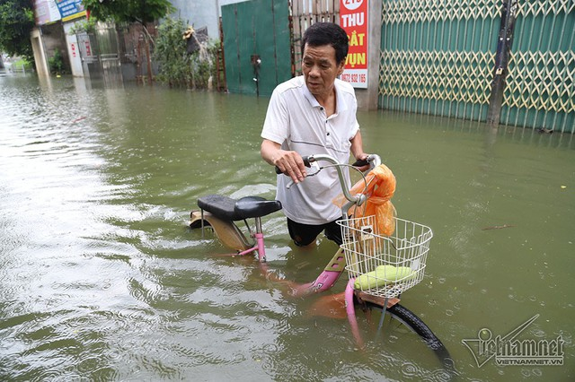 Cảnh khó tin của hàng trăm hộ dân Hà Nội sau 3 ngày mưa bão - Ảnh 5.