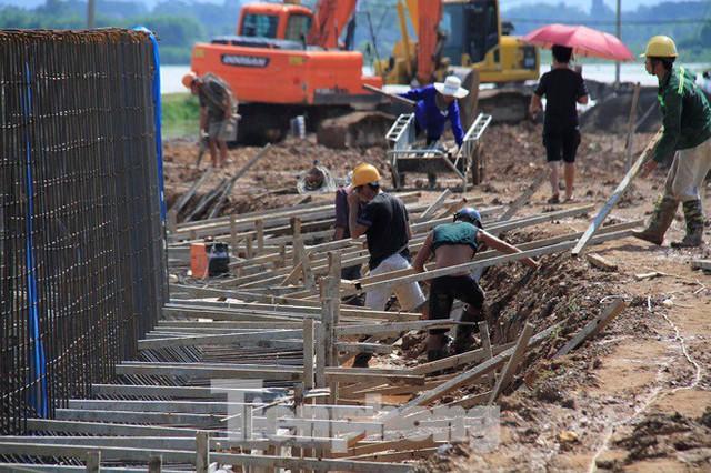 Cận cảnh đê bê tông đang gấp rút hoàn thành để ngăn lụt cho Hà Nội - Ảnh 4.