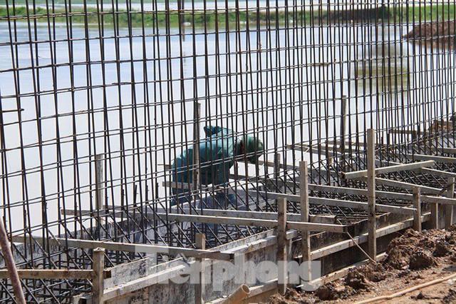 Cận cảnh đê bê tông đang gấp rút hoàn thành để ngăn lụt cho Hà Nội - Ảnh 5.