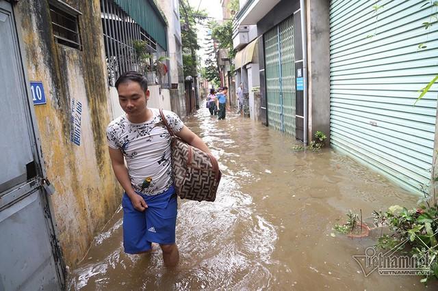 Cảnh khó tin của hàng trăm hộ dân Hà Nội sau 3 ngày mưa bão - Ảnh 7.