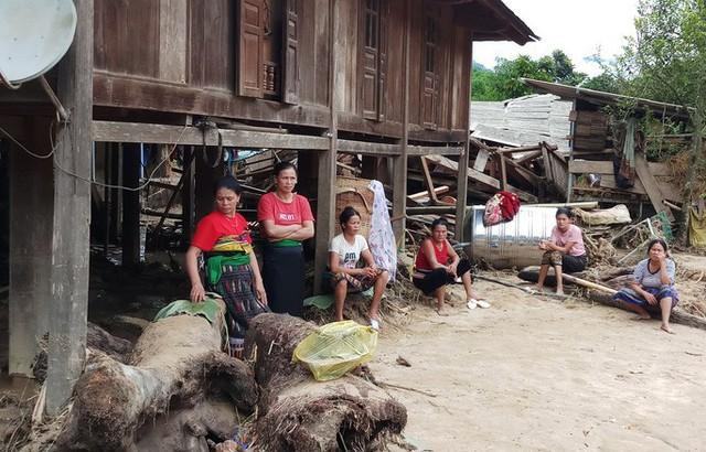 Cận cảnh bản làng tan hoang nơi 17 người bị lũ dữ cuốn trôi, 12 người mất tích  - Ảnh 7.