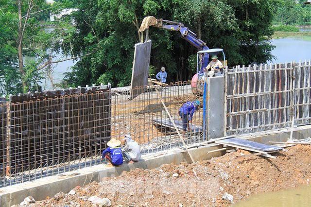 Cận cảnh đê bê tông đang gấp rút hoàn thành để ngăn lụt cho Hà Nội - Ảnh 7.