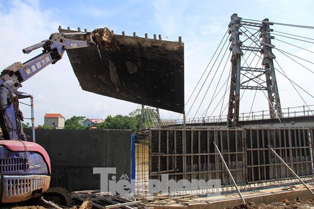Cận cảnh đê bê tông đang gấp rút hoàn thành để ngăn lụt cho Hà Nội - Ảnh 8.