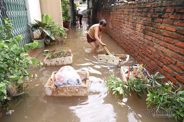 Cảnh khó tin của hàng trăm hộ dân Hà Nội sau 3 ngày mưa bão - Ảnh 10.