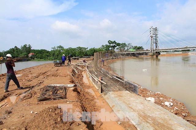 Cận cảnh đê bê tông đang gấp rút hoàn thành để ngăn lụt cho Hà Nội - Ảnh 9.