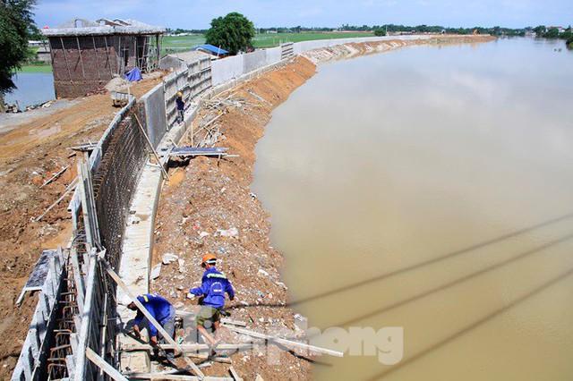 Cận cảnh đê bê tông đang gấp rút hoàn thành để ngăn lụt cho Hà Nội - Ảnh 10.