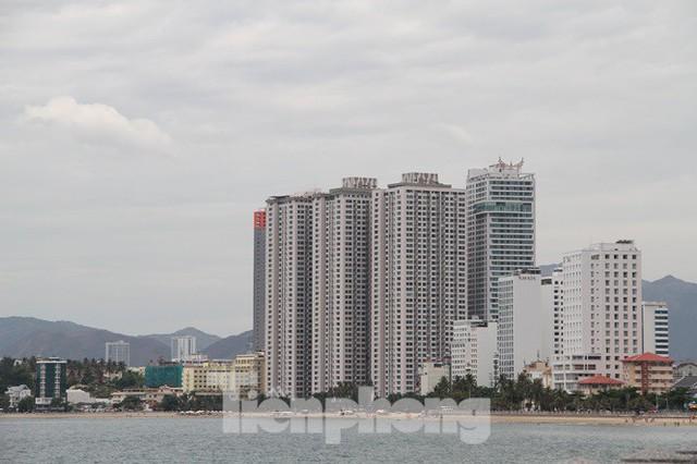 Cao ốc, khách sạn chọc trời đua nhau che mặt biển Nha Trang - Ảnh 1.