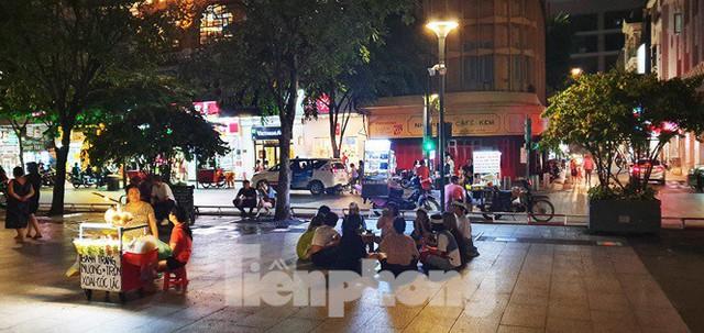 Cận cảnh tình trạng bát nháo trên các tuyến phố đi bộ ở Sài Gòn - Ảnh 1.
