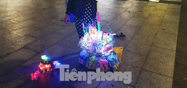 Cận cảnh tình trạng bát nháo trên các tuyến phố đi bộ ở Sài Gòn - Ảnh 2.