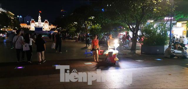 Cận cảnh tình trạng bát nháo trên các tuyến phố đi bộ ở Sài Gòn - Ảnh 11.