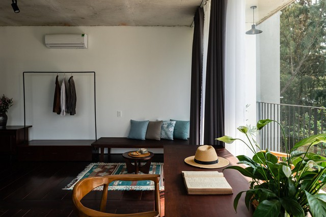 Ngoài giường ngủ, trong mỗi phòng còn có bàn đọc sách, tủ quần áo, một ghế sofa dài và bồn tắm riêng.