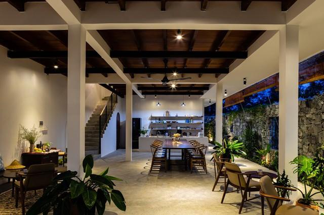 Ở tầng trệt là không gian sinh hoạt chung, rộng rãi gồm phòng khách, nhà bếp và bàn ăn chung, nơi mọi người có thể tụ tập ăn uống.