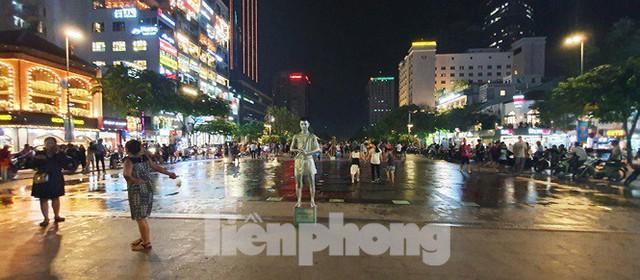 Cận cảnh tình trạng bát nháo trên các tuyến phố đi bộ ở Sài Gòn - Ảnh 3.