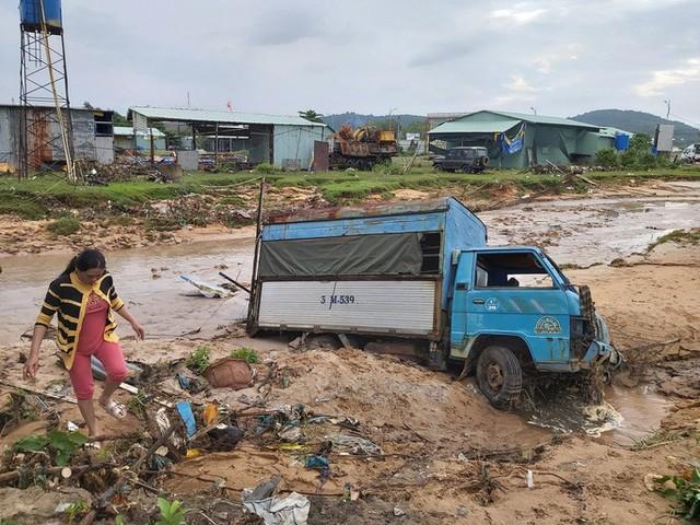 """Nước """"lũ"""" rút, nhiều nhà dân ở Phú Quốc tan hoang  - Ảnh 4."""