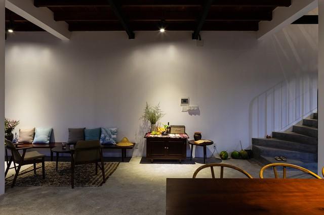Bộ bàn trà nhỏ để du khách có thể ngồi tâm sự, chia sẻ về cuộc sống.