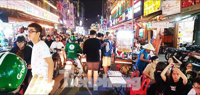 Cận cảnh tình trạng bát nháo trên các tuyến phố đi bộ ở Sài Gòn - Ảnh 5.